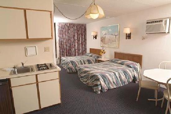 Yankee Clipper Resort Motor Inn : Room and Kitchenette