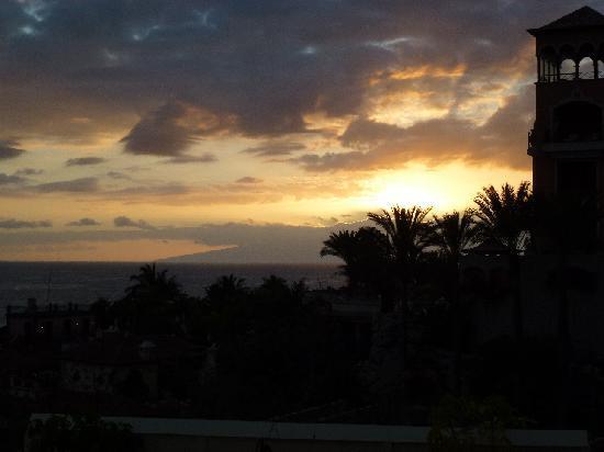 Bahia del Duque: Anochecer, Gomera al fondo.