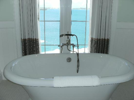 Tuckers Point Club Golf Villas: The beautiful tub in the room