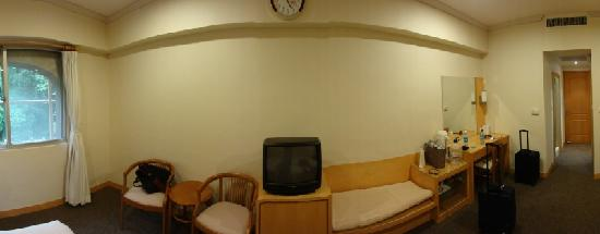 Fo Guang Shan Monastery Pilgrims Lodge: Wide-angle view of the room