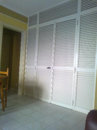 Soreda Hotel: Kitchenette doors