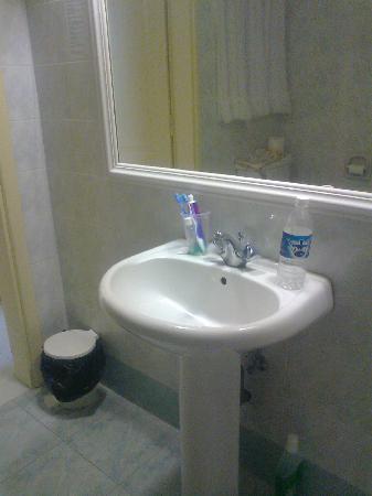 Soreda Hotel: Bathroom