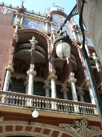 Palau de la Musica Orfeo Catala: A view from the small street