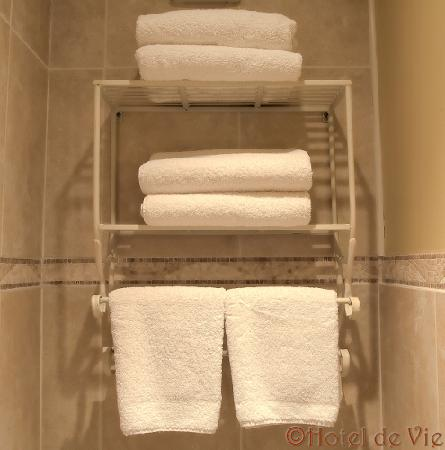 Hotel de Vie: Plenty of soft towels are provided to all our guests