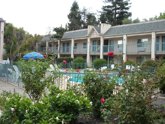 Days Inn Redwood City: Innenhof mit Pool