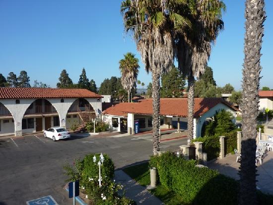 Days Inn Camarillo - Ventura: Innenhof und Einfahrt