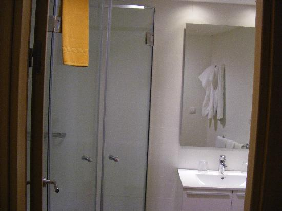 Hotel Revoli: Bath room with large shower