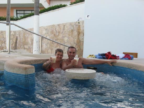 ออมนิแคนกันโฮเต็ล&วิลล่าส์: Jacuzzi Bar sobre la Playa del Hotel