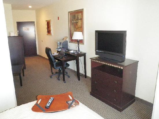 Comfort Suites University: Desk & TV