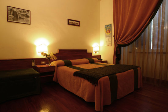 Al Colonnato di San Pietro Bed and Breakfast: Golden Dreams in the Green room