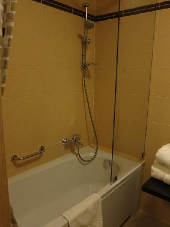Amber Hotel: bath & shower