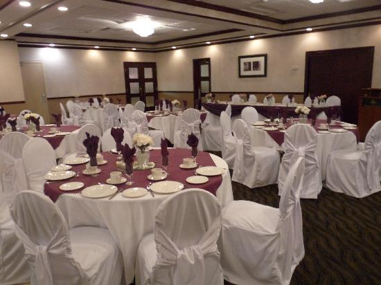 BEST WESTERN Brantford Hotel And Conference Centre: Courtyard Wedding Ceremony