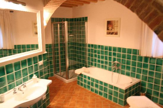 Relais Il Vallone: our amazing bathroom!
