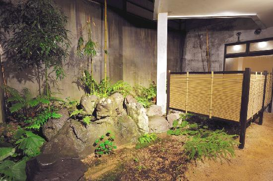 Hakuba Onsen Ryokan Shiroumaso: Onsen garden