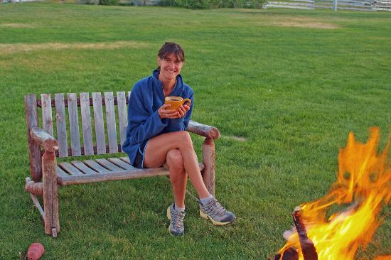Cottonwood Meadow Lodge: Evening by the fire pit with some hot tea