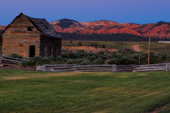Cottonwood Meadow Lodge: Old farm house at sunset