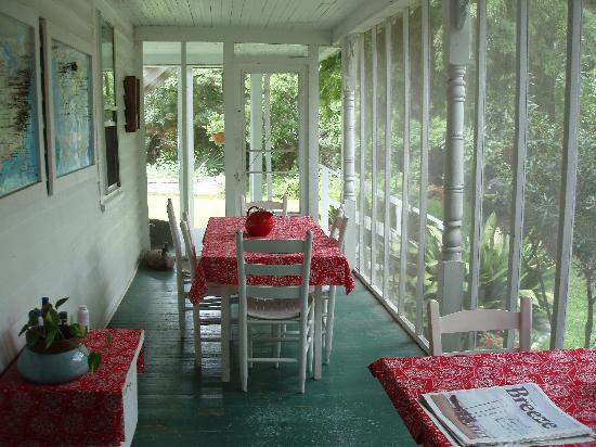 Crews Inn B&B: wonderful screened-in porch