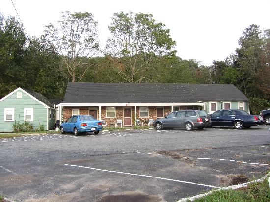 Bournedale Village Inn : Motel units in the center, cottage units on the end.