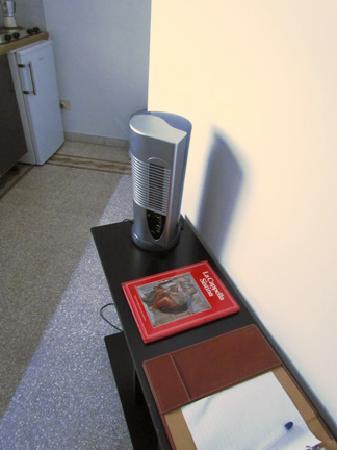 بد آند بركفاست فاتيكان ميوزيام: A single small fan with irritating loud vibration was the only source of cooling in our hot humi