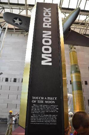 พิพิธภัณฑ์อากาศและอวกาศแห่งชาติ: Rock from the moon exposed!