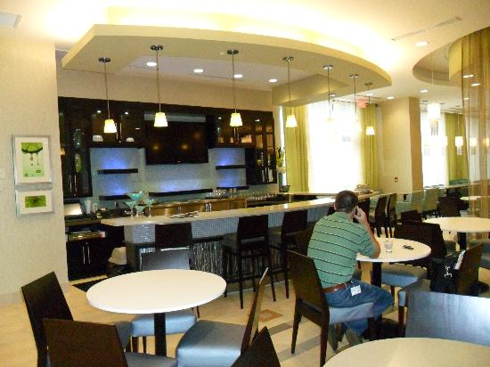 SpringHill Suites Toronto Vaughan: breakfast area and bar