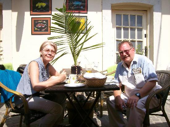 Duna Corso etterem es kavezo : Enjoying the sunny courtyard dining