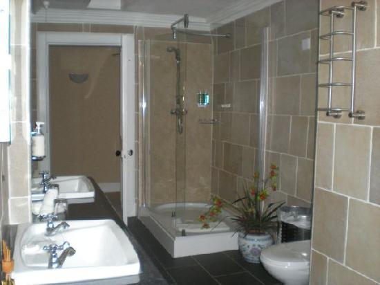 Knock Castle Hotel & Spa: The shower & double sinks- sparkling clean