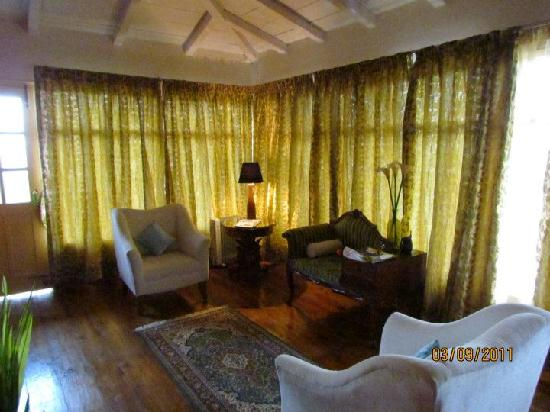 Te Aroha Dhanachuli: The sitting room of our suite