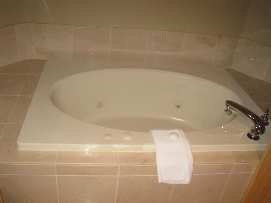 Spruce Point Inn Resort and Spa: Jacuzzi Tub