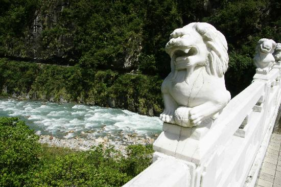 Hualien FarGlory Hotel: Temple Lions at entry to Faroko Gorge