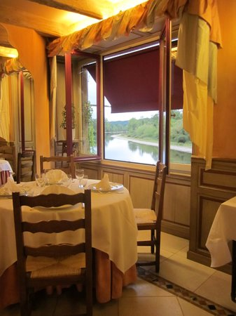 La Roque-Gageac, Francja: the dining area looking onto the Dordogne