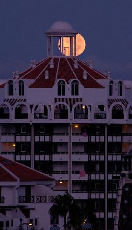 Aparthotel Parque de la Paz: The setting of the full moon over Playa Las Americas