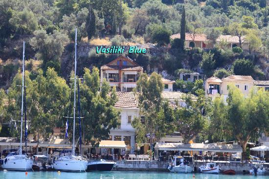 Vasiliki Blue : In the middle of the port