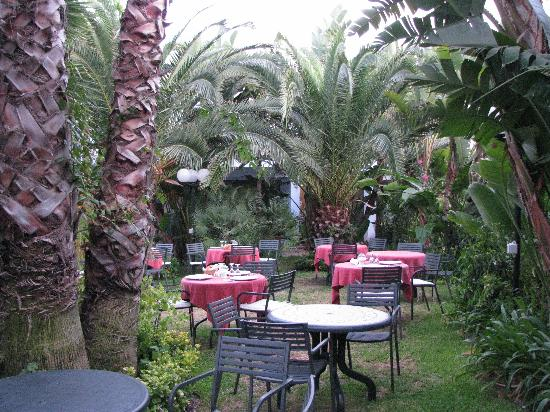 Hotel Villamare : Our garden dining area by candlelight
