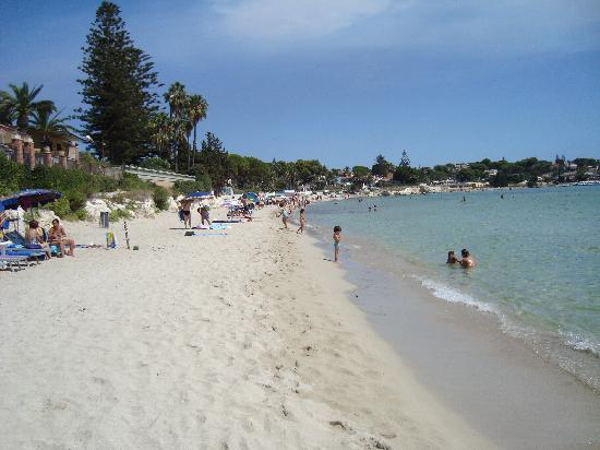 Hotel Villamare: Lovely sandy beach 200m away