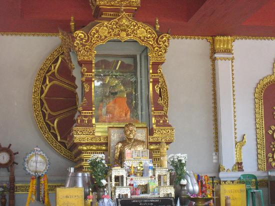Wat Khunaram (Mummified Monk): Front view of the shrine with the mummified monk, in the orange robes