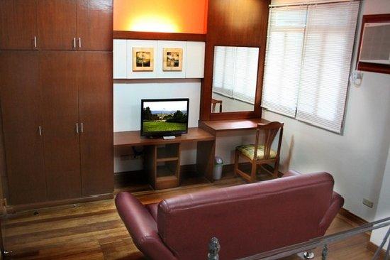 1775 Adriatico Suites: Suite 2 BR TV Area