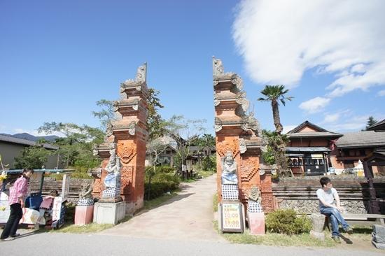 Насу-мати, Япония: 入り口はバリ風の割れ門