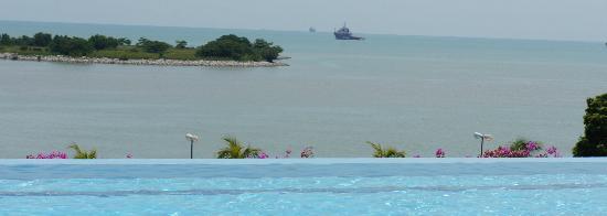Holiday Inn Melaka: Pool view on Melaka strait
