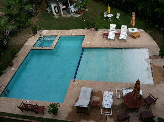 Sea Breeze Suites: Pool and hot tub w/bathroom