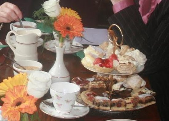 Muneroy: Cake stand at afternoon tea