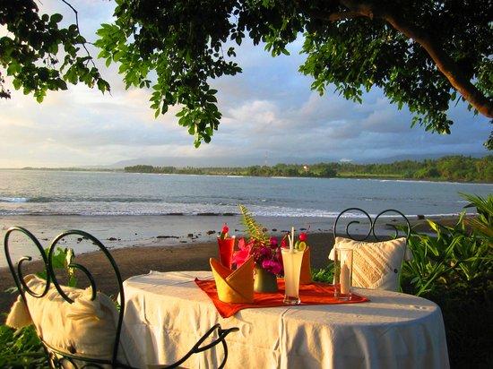 Puri Dajuma Cottages: Beach diner www.dajuma.com