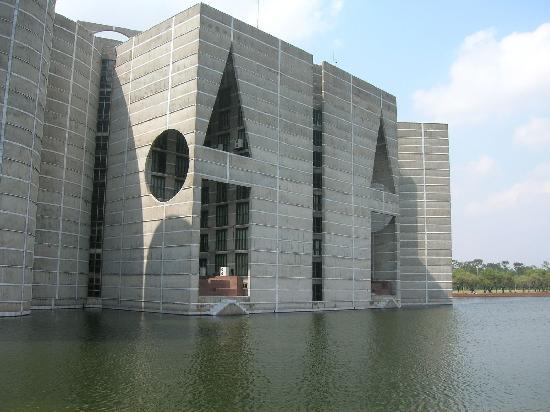 National Parliament House: Close Lake View
