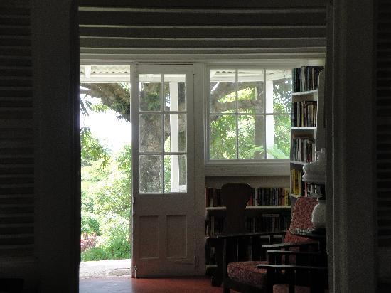 The Hermitage Plantation Inn: The library