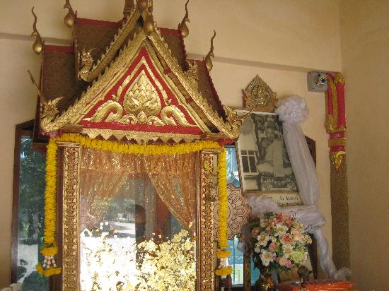 Wat Kiri Wongkaram: A closer view of the mummified monk who is just visible behind the gold leaf