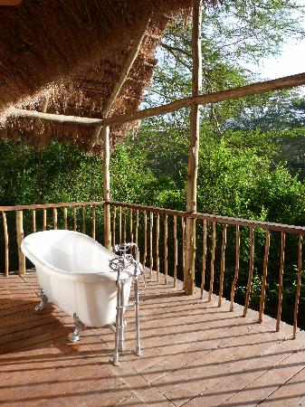 Malewa Wildlife Lodge: Outside bath in the honeymoon suite at Malewa river Lodge