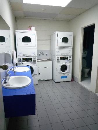 Hostel 109 Flashpackers: Restroom outdoor with washing machine and dryer