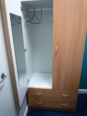 Hostel 109 Flashpackers: big wardrobe with full-length mirror inside