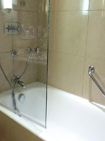 InterContinental Paris Le Grand: unwieldy shower door, water leaked all over floor