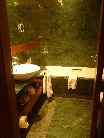 Eridanus Hotel: Mármol verde en el baño.